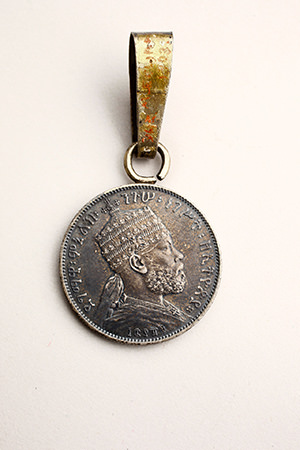 Medal. The crowned head of Negus Menelik II was illustrated on one side, whereas on the other side there is a crowned lion with a flag.